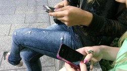 """(24.8.2015) Tästä mallia Suomeen? Koulu kielsi kännykät – """"oppilaiden keskityttävä toisiinsa"""""""
